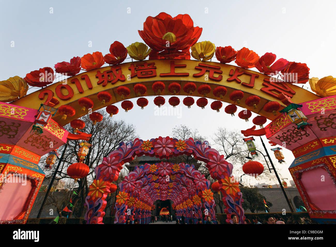 Basso Angolo di visione della decorazione degli archi, Xia'n City, Shaanxi, Cina Foto Stock