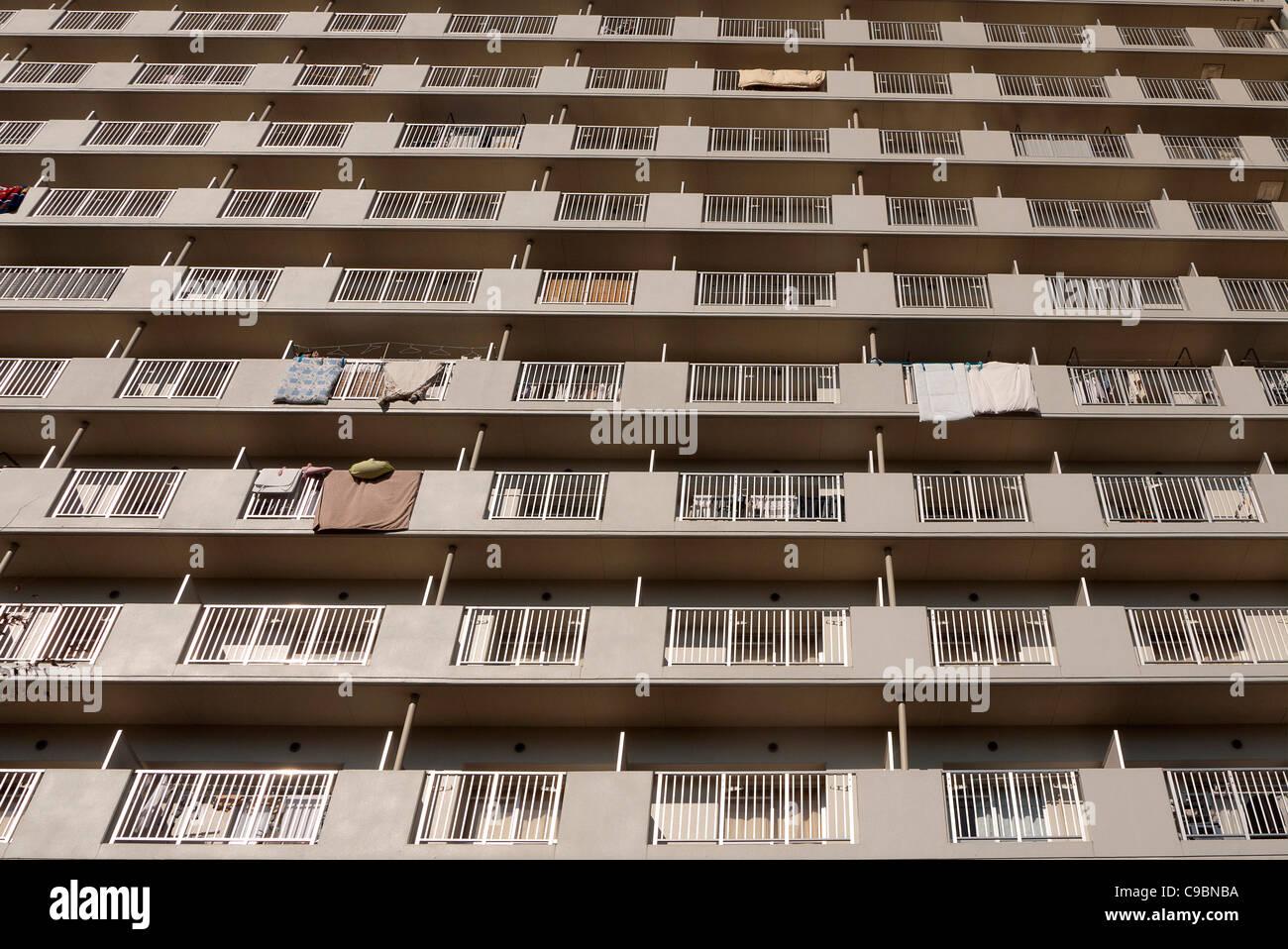 Giappone, Honshu, Tokyo, esterno o un blocco di appartamenti con materassi futon appesa sul balcone di binari per Foto Stock