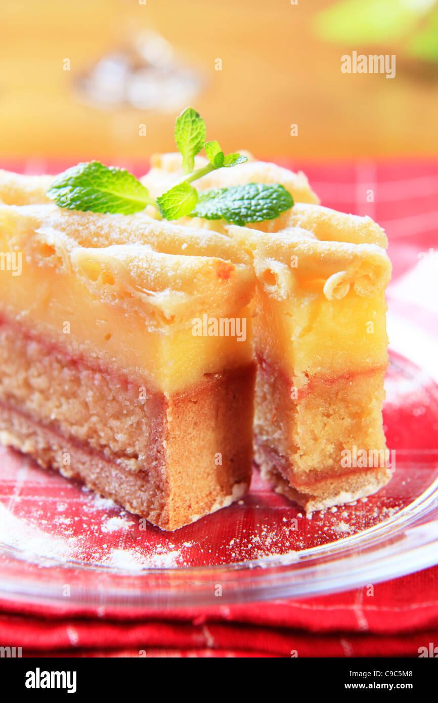 Fetta di rum imbevuto di pan di spagna con crema alla vaniglia Immagini Stock