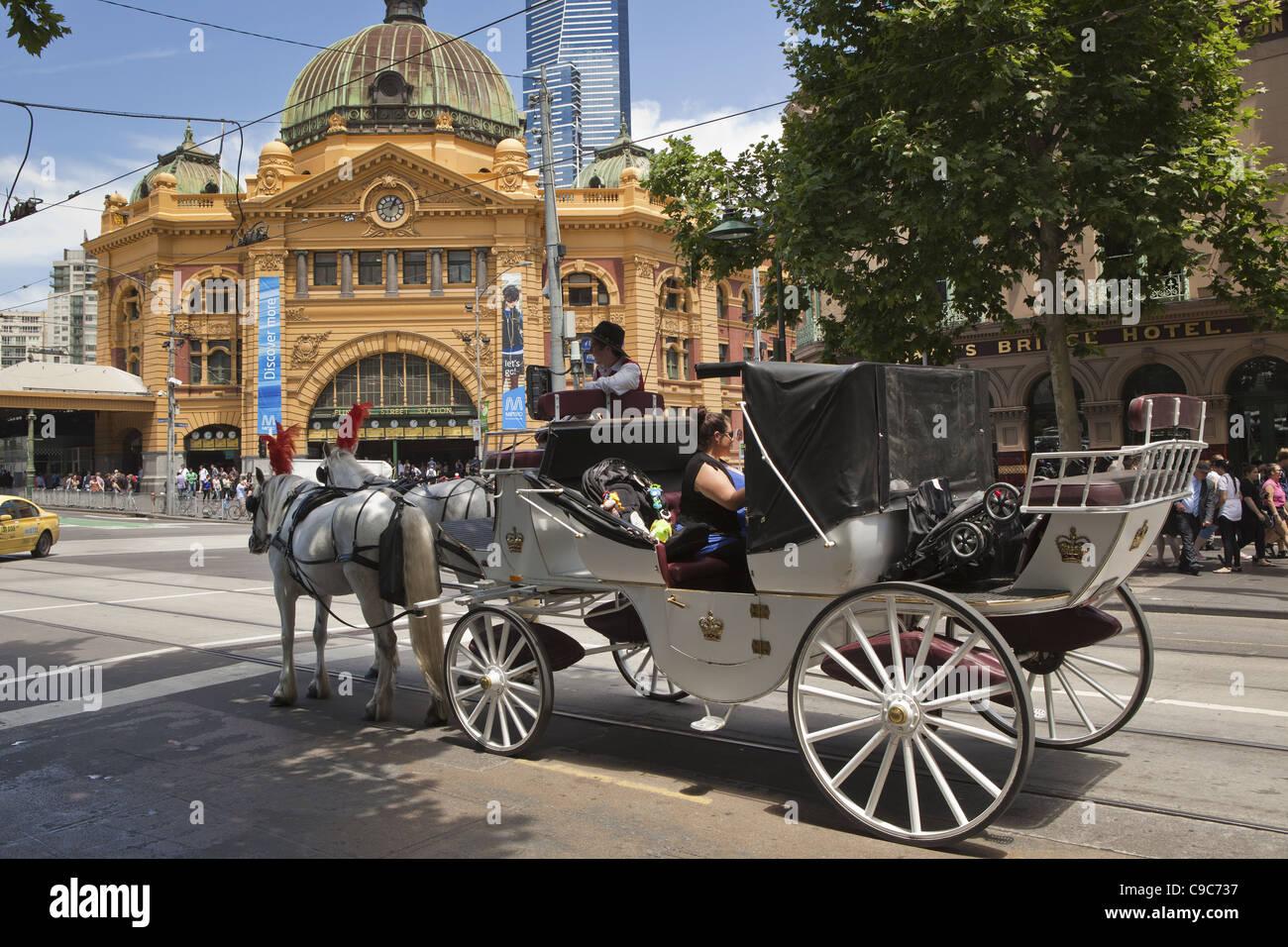 Soleggiata giornata di Melbourne sulla città dei sistemi di trasporto. cavallo disegnare il carrello alla stazione di Flinders Street. Foto Stock