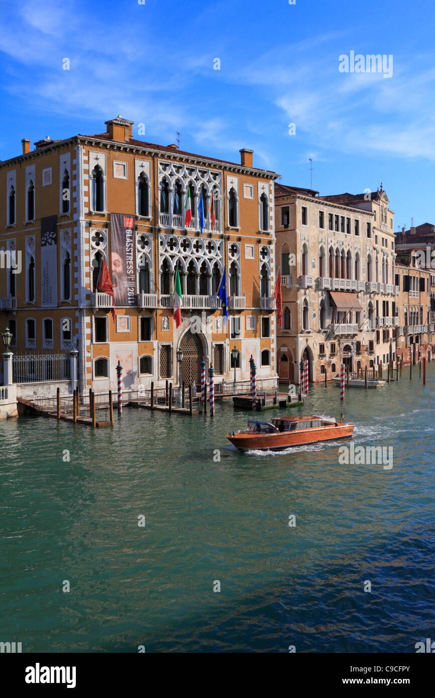 Il taxi acqueo sul Grand Canal passa Istituto Veneto di Scienze Lettere e Arti a Palazzo Cavalli Franchetti Venezia Immagini Stock