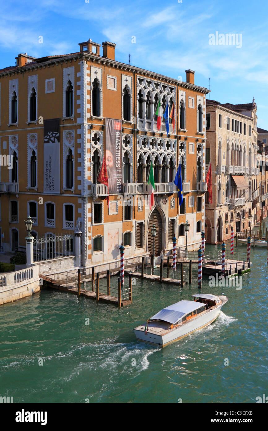 Il taxi acqueo sul Grand Canal passa Istituto Veneto di Scienze, Lettere e Arti, il Palazzo Cavalli Franchetti, Immagini Stock