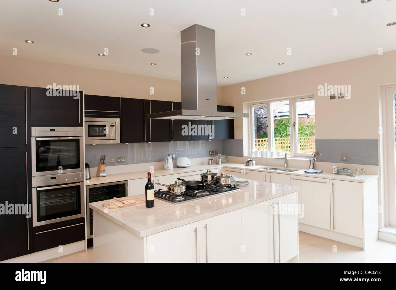Nuova moderna cucina attrezzata in grande casa, England, Regno Unito Immagini Stock