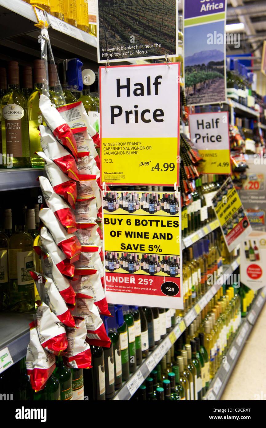 Metà prezzo offerta di vino firmare in un supermercato Tesco, REGNO UNITO Immagini Stock
