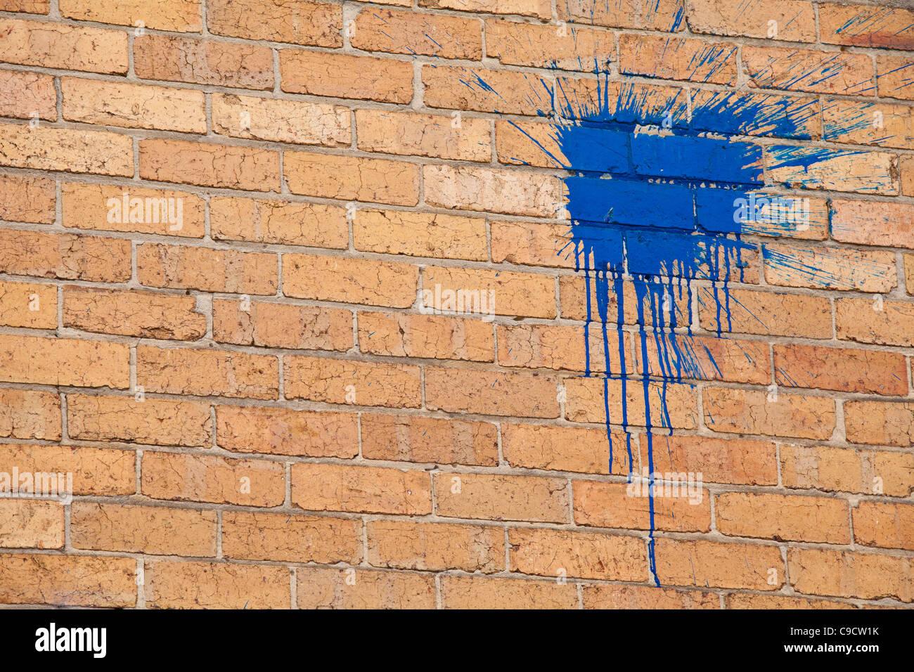 Blu brillante splat vernice graffiti su un muro di mattoni Immagini Stock