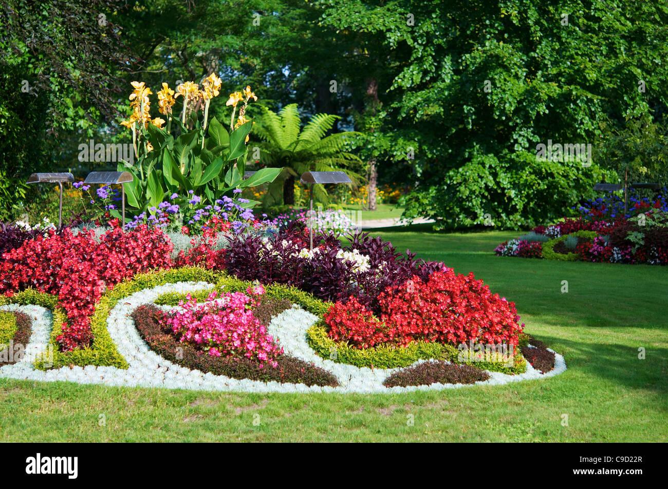 Fiori colorati in letti presso il giardino botanico di coutances