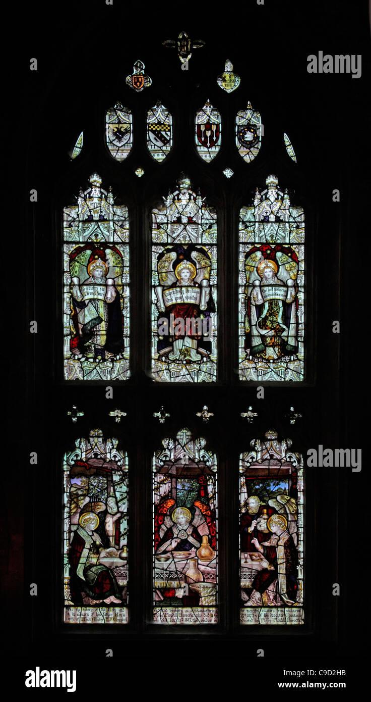 Finestra di vetro colorato dal Kempe Studios raffigurante l'ospitalità di Abramo Immagini Stock