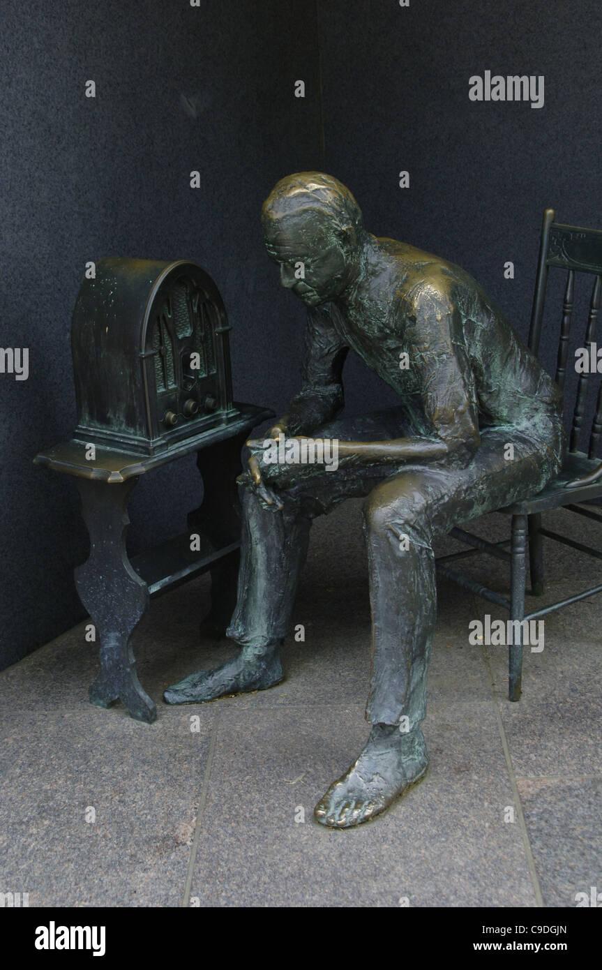 Franklin Delano Roosevelt Memorial. Statua in bronzo.it illustra la Grande Depressione. Uomo che ascolta un fireside Immagini Stock