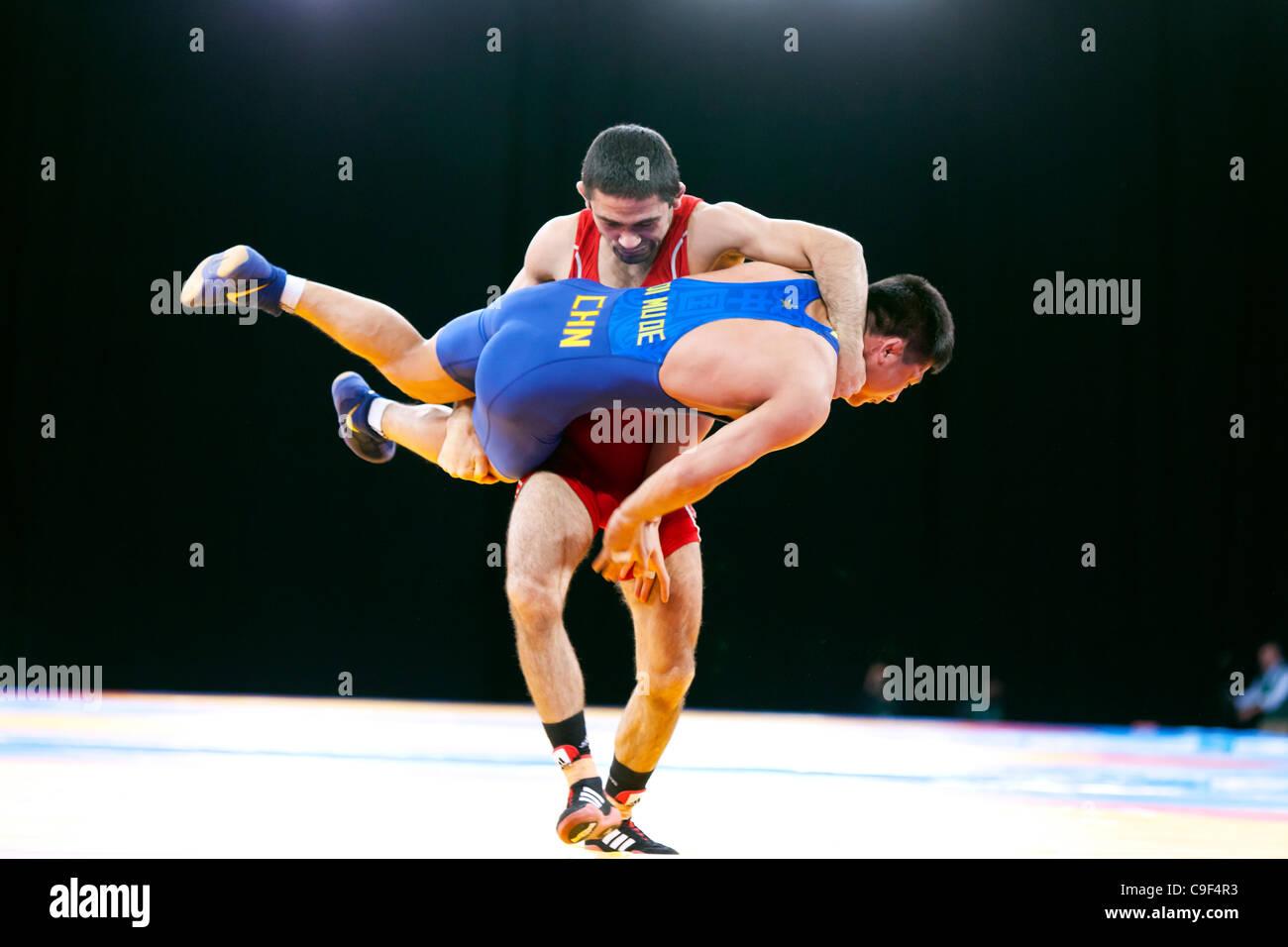 Qi MUDE della Cina v Karisimir KRASTANOV di Gran Bretagna bronzo vincente negli uomini 55kg Freestyle Wrestling, Immagini Stock