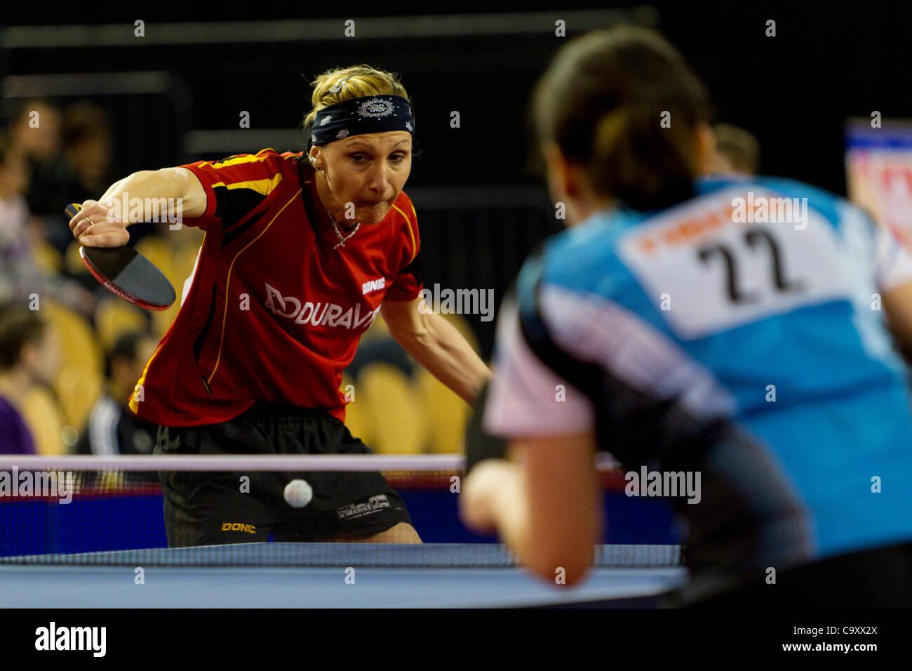 EINDHOVEN, Paesi Bassi, 03/03/2012. Ping-pong player Yana Timina (sinistra) vince la sua corrispondenza alla Dutch Immagini Stock