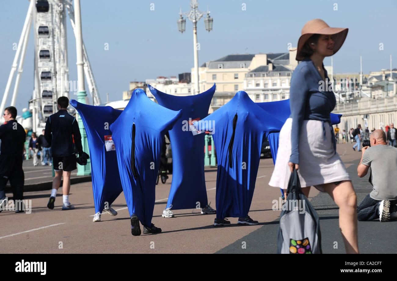 Brighton, Regno Unito. 25 mar 2012. Alcune strane corridori che prenderanno parte al Sainsbury's Sports Relief Mile Foto Stock