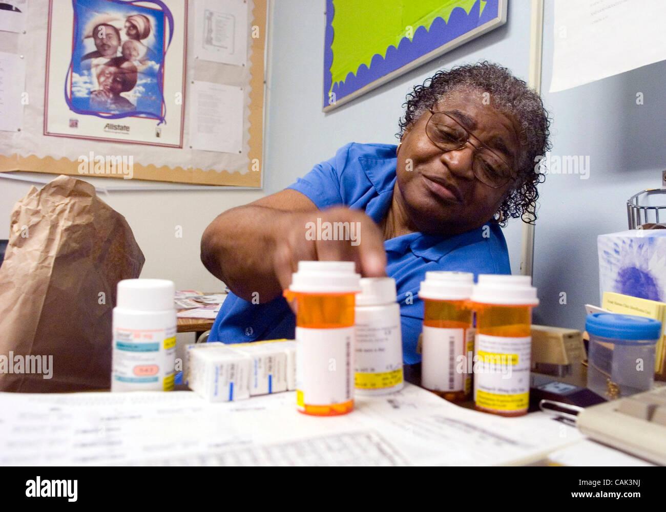 ATLANTA, GA - 20 settembre: paziente del diabete Mildred M. Griggs tira fuori i suoi farmaci durante la consultazione Immagini Stock
