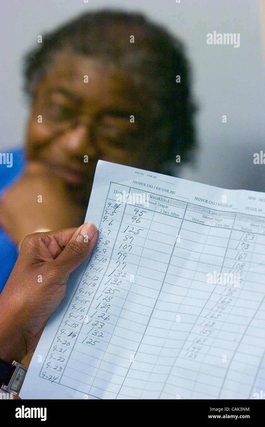 ATLANTA, GA - 20 settembre: paziente del diabete Mildred M. Griggs orologi infermiera Pamela Vaughn esaminare il Immagini Stock