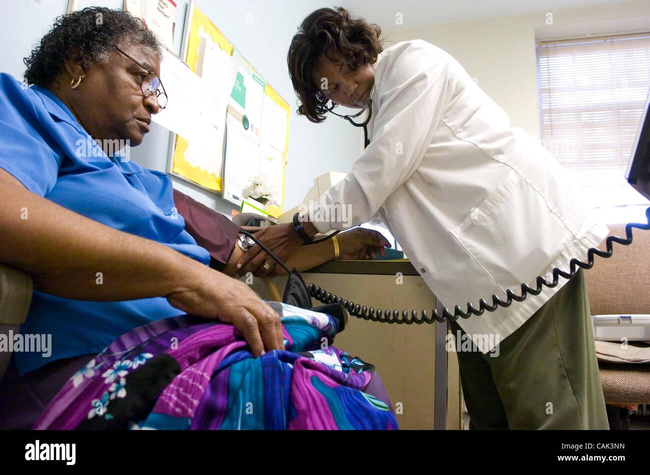 ATLANTA, GA - 20 settembre: paziente del diabete Mildred M. Griggs, sinistra, ha la sua pressione sanguigna controllata Immagini Stock