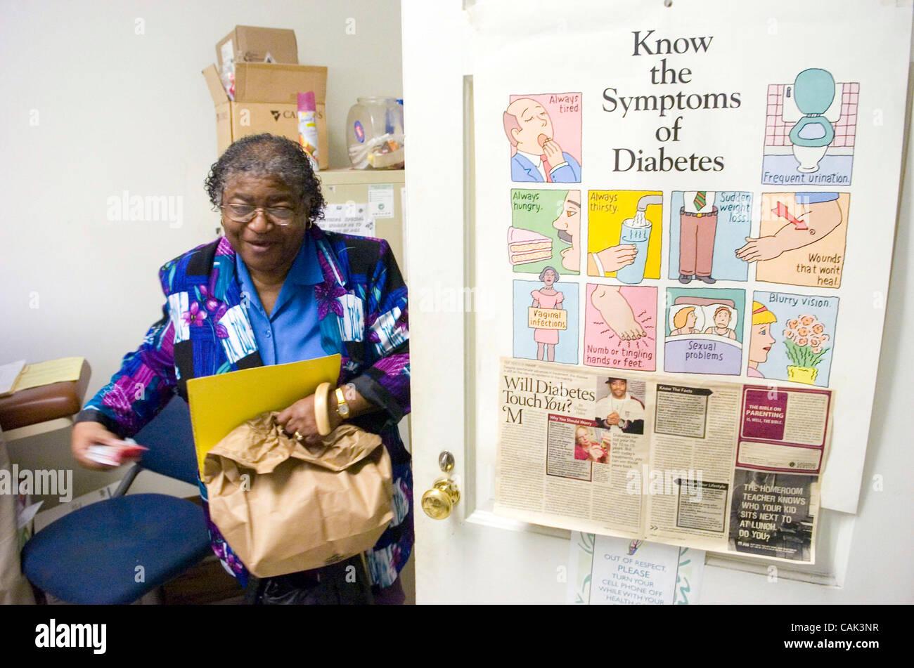 ATLANTA, GA - 20 settembre: paziente del diabete Mildred M. Griggs, lascia la clinica del diabete a cinghiate finanziariamente Immagini Stock
