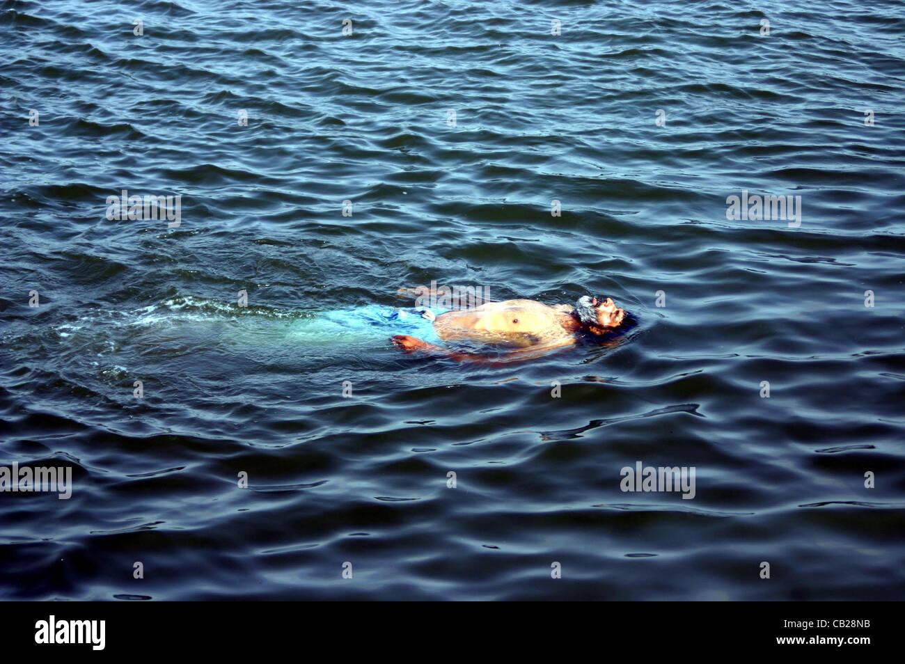 Un uomo tenendo bagno e divertimento durante la stagione for Bagno caldo durante il ciclo