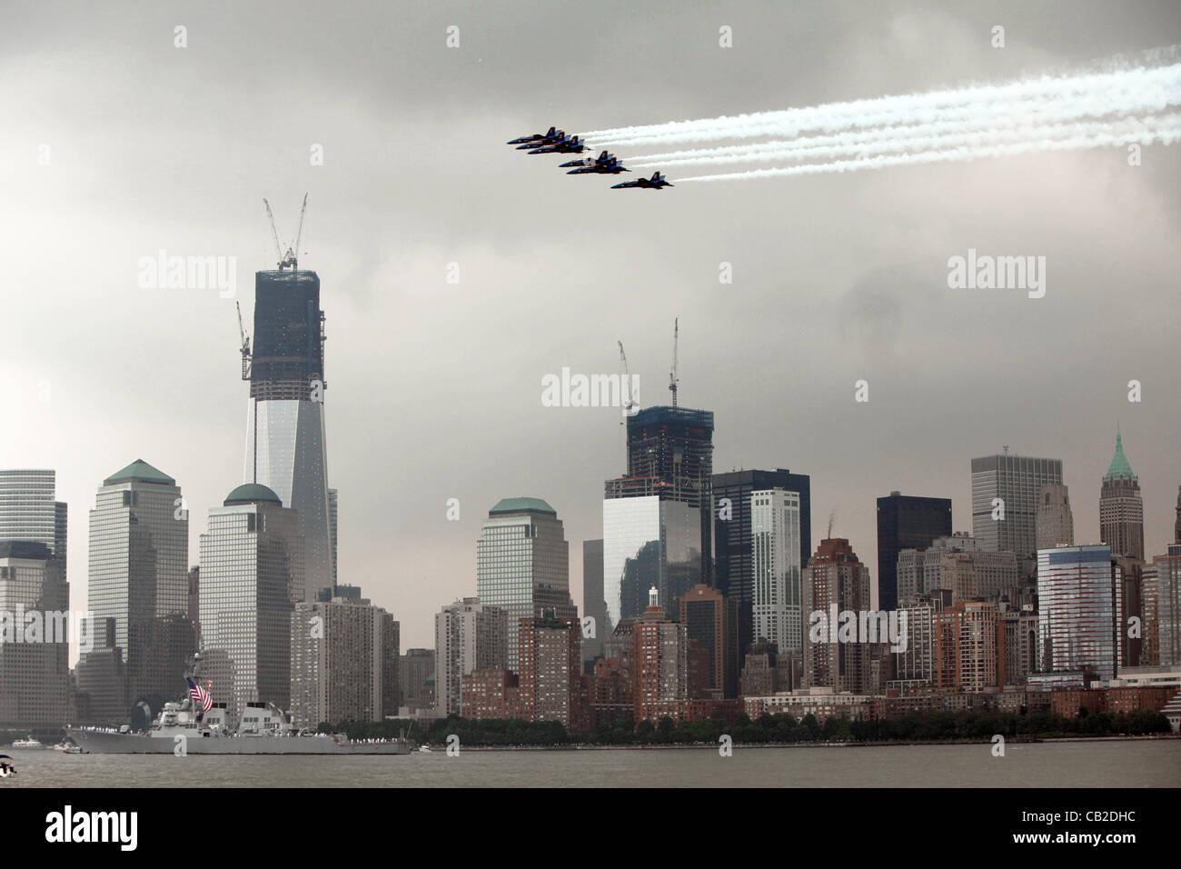 La US Navy Blue Angels esegue un volare al di sopra della parte inferiore di Manhattan all'inizio della settimana Immagini Stock