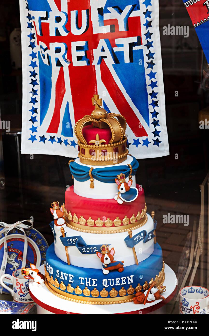 Royal Giubileo mano-dolce da forno con Dio salvi la Regina e veramente grande bandiera teatowel viene visualizzato Immagini Stock