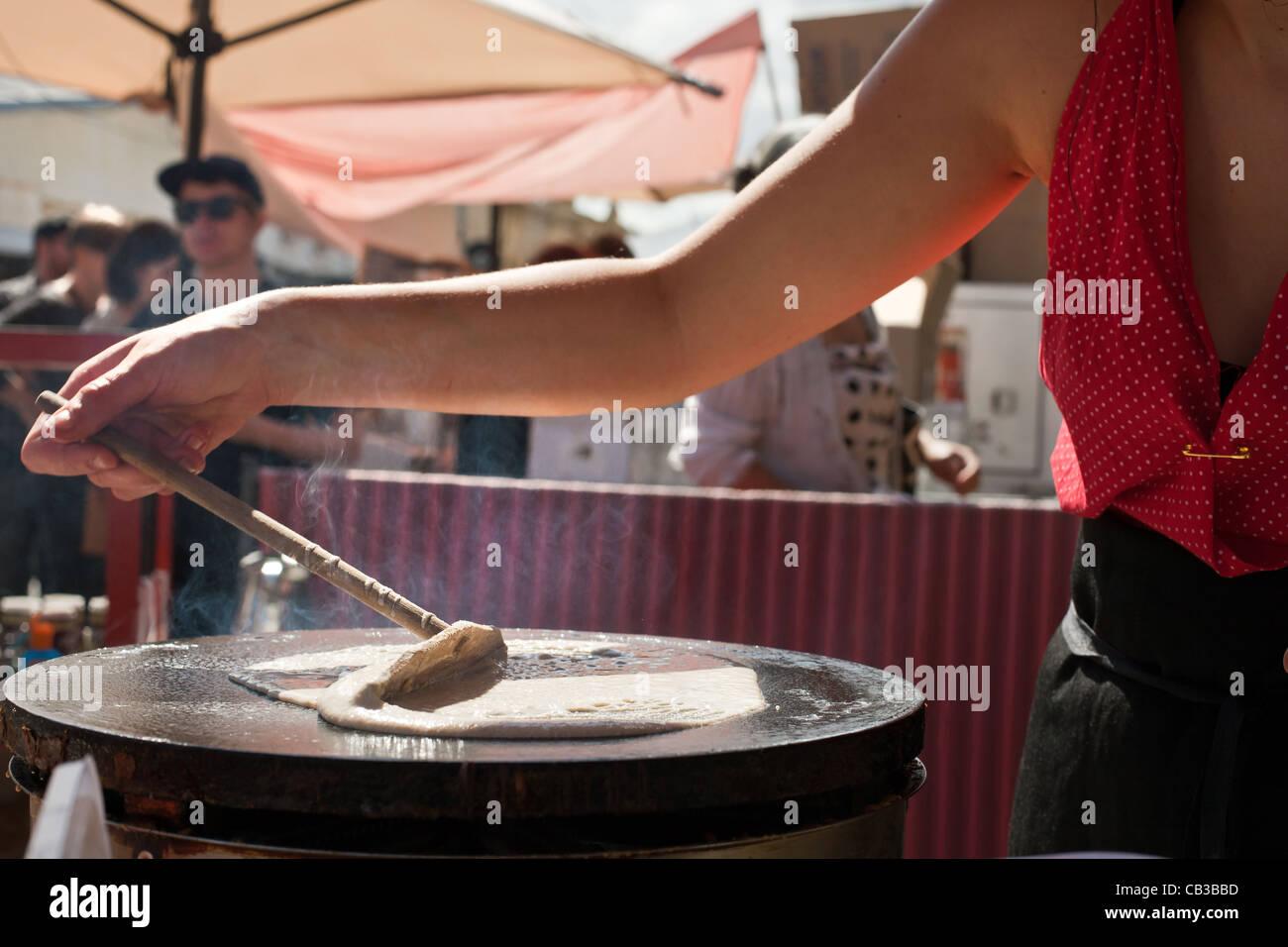 High Noon comunità festival è un locale Northcote Music Fest di Melbourne, Australia rendendo il cibo sulla strada. crepes Foto Stock