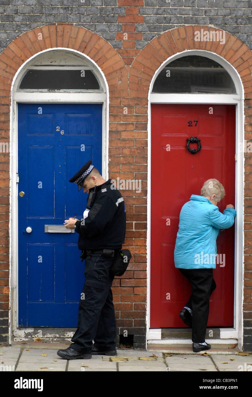 La polizia porta a porta per indagini di polizia comunitaria Immagini Stock