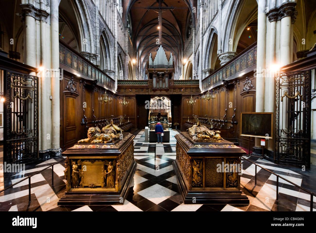 Le tombe di Maria di Borgogna e di Carlo il Temerario nella chiesa di Nostra Signora a Bruges, Belgio Foto Stock