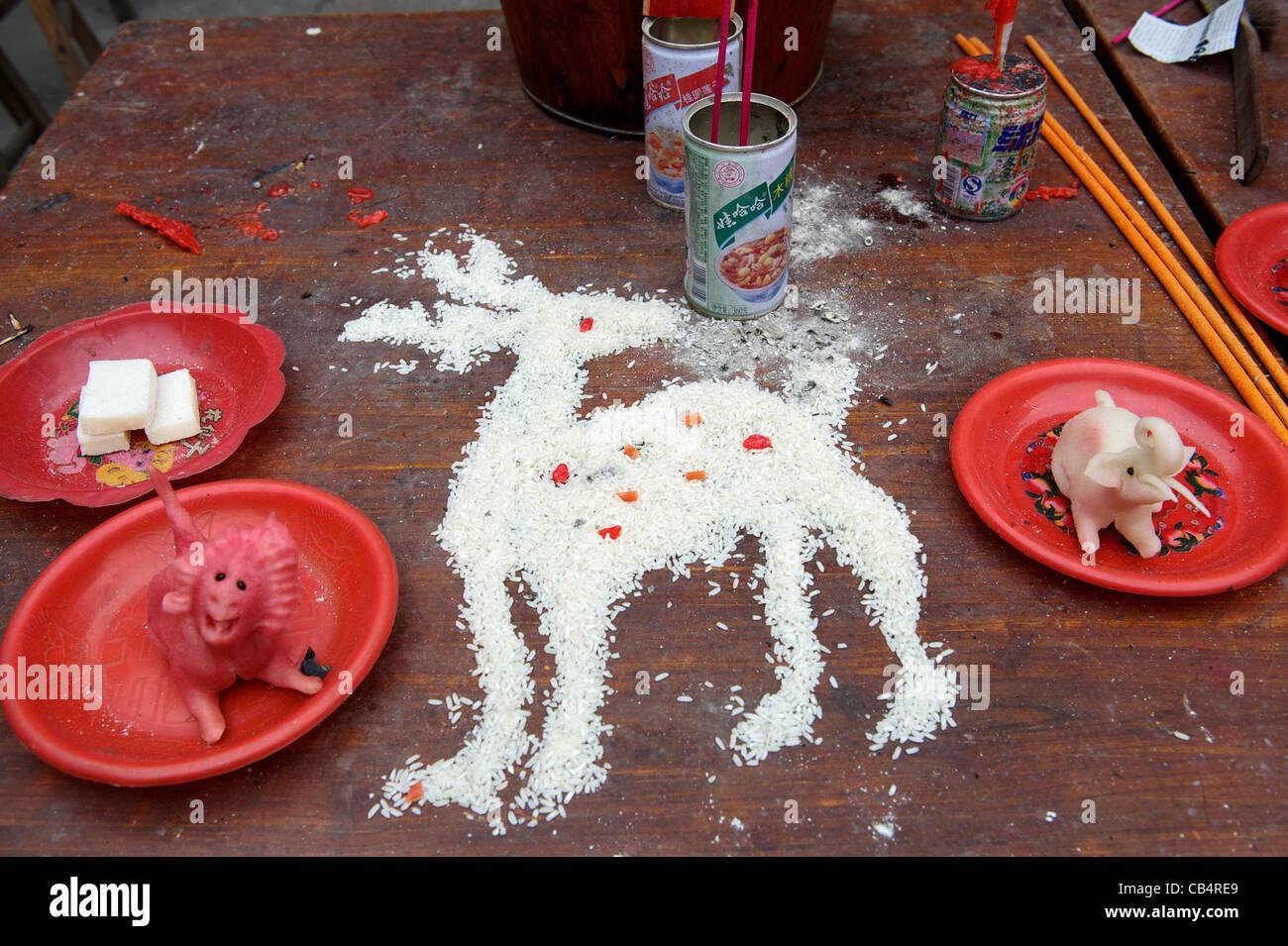Il cervo - un animale simbolico della longevità- fatta con il riso a un tempio taoista durante il Festival Immagini Stock