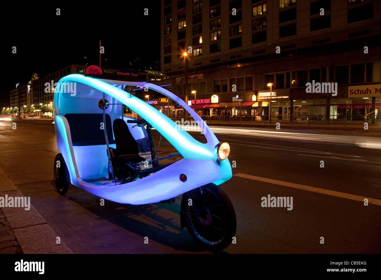 Rispettosi dell'ambiente bike taxi (ciclo bike; velo) in taxi in attesa di clienti a Berlino Foto Stock