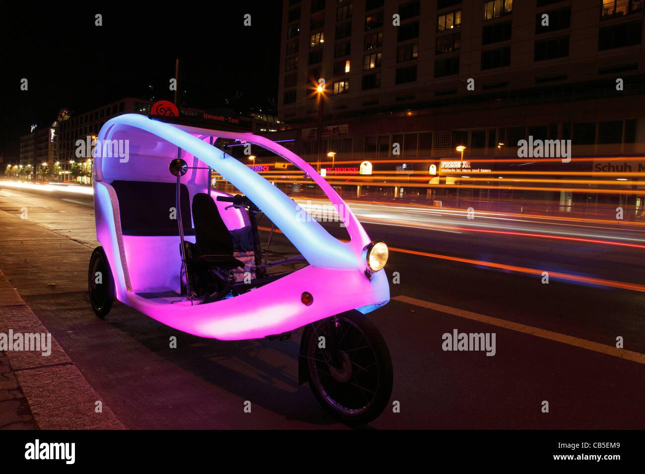 Rispettosi dell'ambiente bike taxi (ciclo bike; velo) in taxi in attesa di clienti a Berlino Immagini Stock