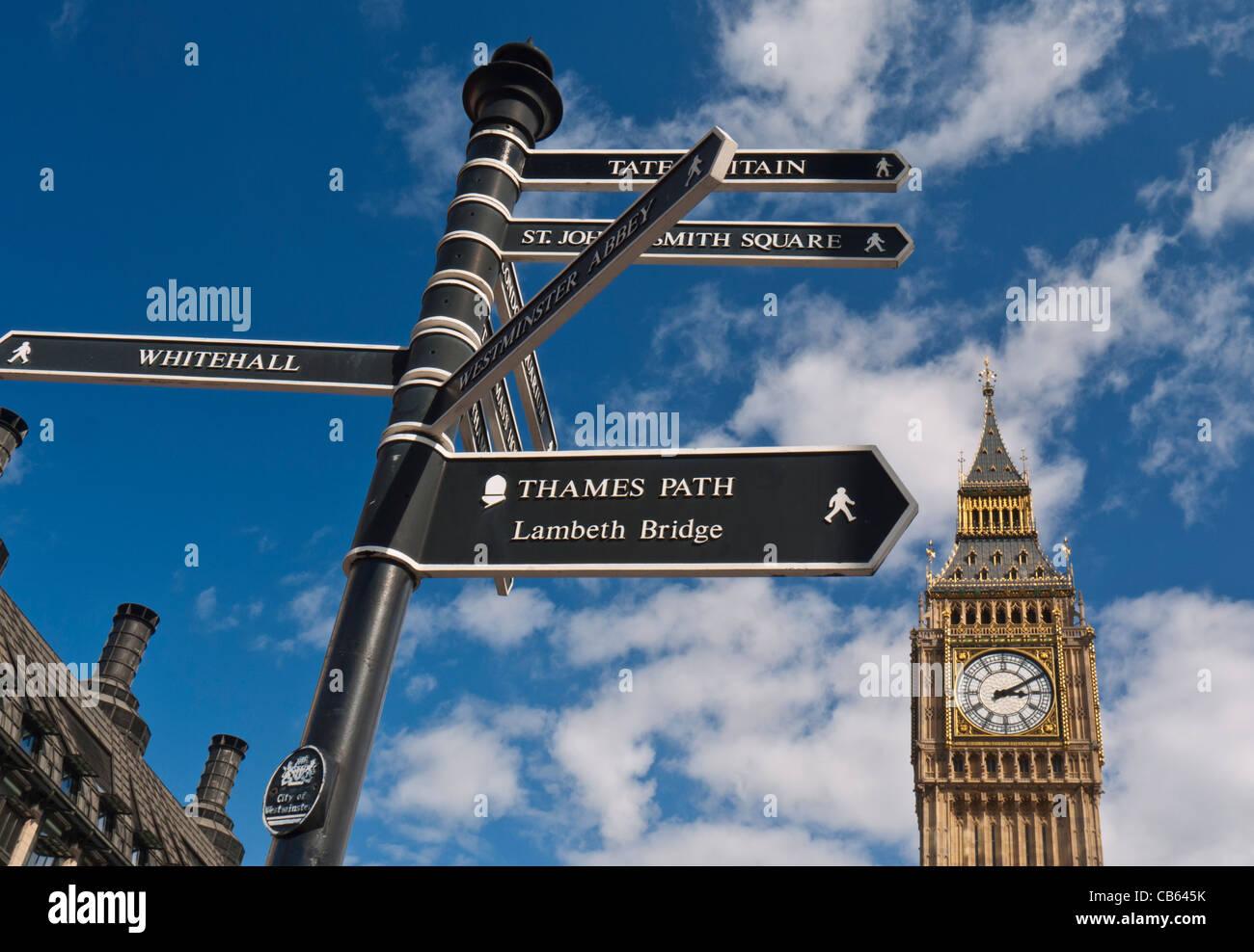 Segno posto a Westminster indirizzare i visitatori ai vari punti di interesse il Big Ben sullo sfondo London REGNO Immagini Stock