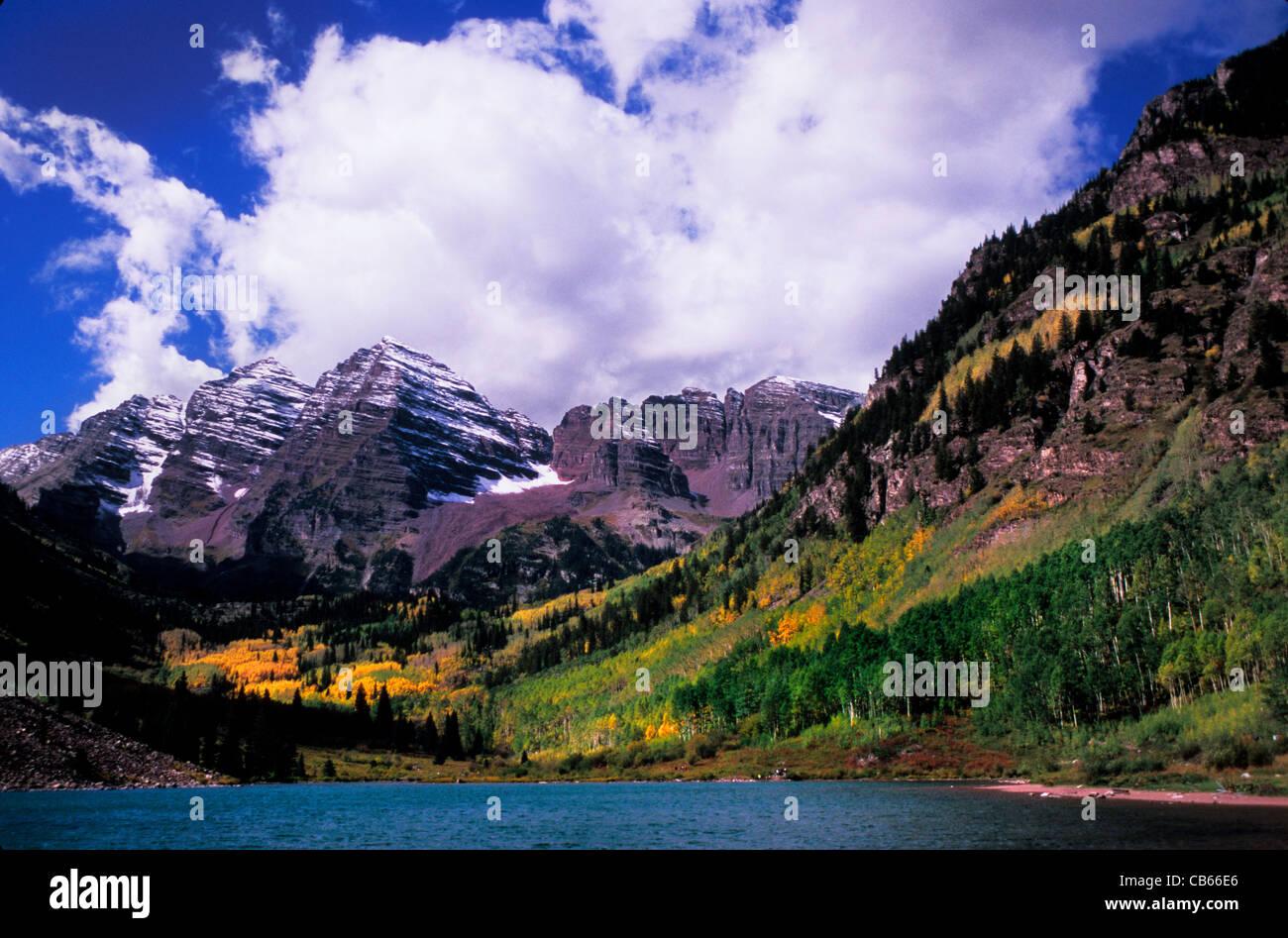 Maroon Lake Maroon Bells picchi nella White River National Forest vicino a Aspen Montagne Rocciose Colorado USA Immagini Stock
