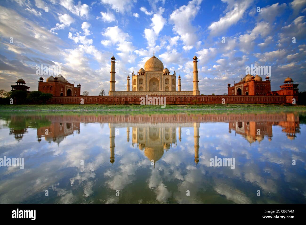 Un incredibile, una volta nella vita immagine di un cielo pieno di puffy nuvole riflettono nel fiume Yamuna al Taj Immagini Stock