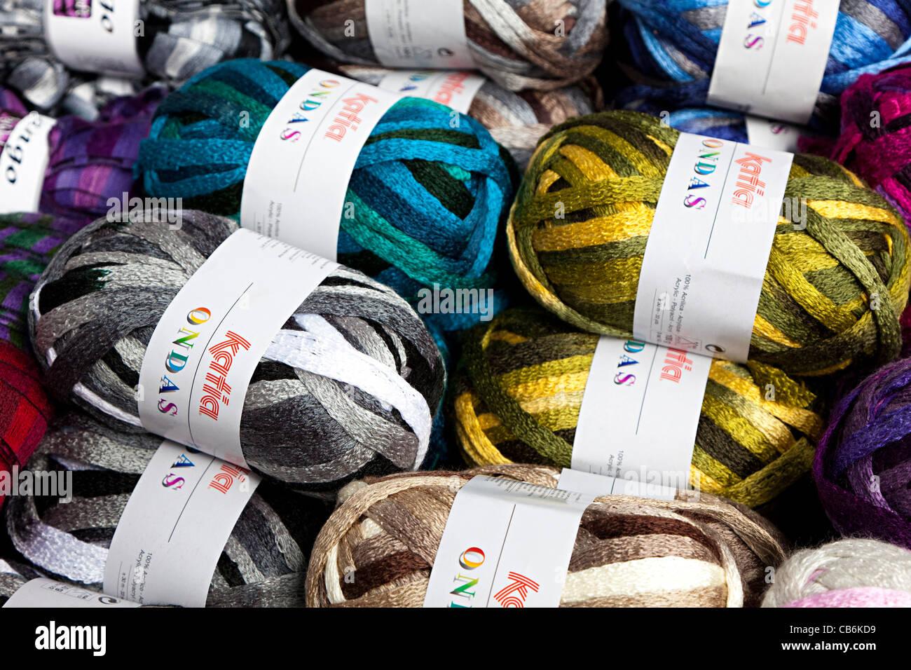 Palle di lana filati per maglieria in acrilico si mescola in vendita Immagini Stock