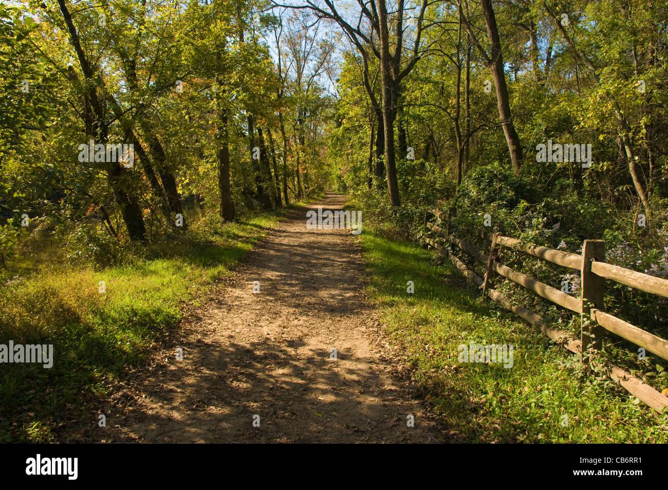 Sentiero lungo il D&R (Delaware & Raritan) Canal nel New Jersey a inizio autunno Immagini Stock