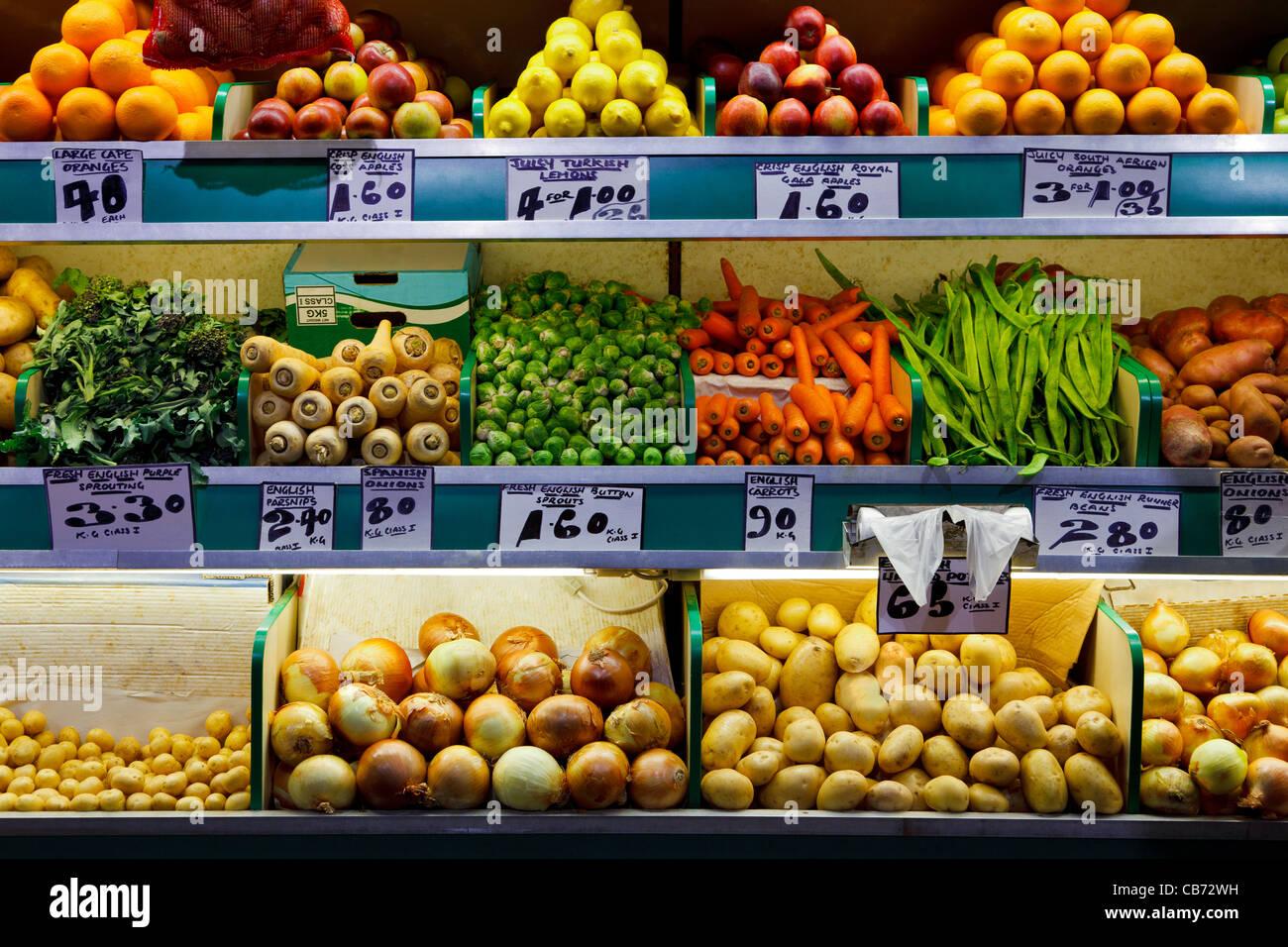 Foto di organico fresco frutta e verdura in un mercato degli agricoltori in stallo. Immagini Stock