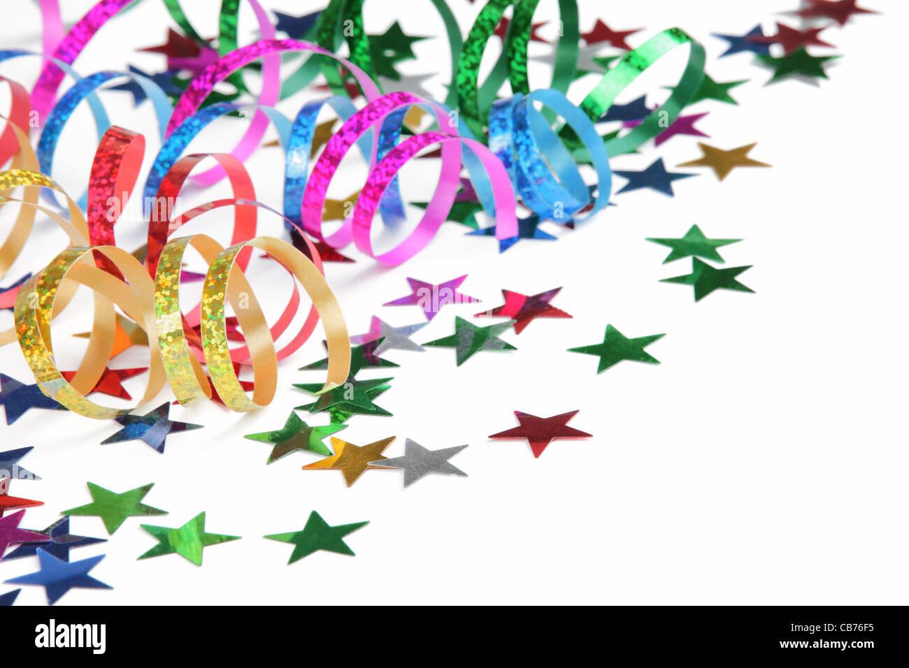 Colorate stelle filanti e coriandoli su sfondo bianco Immagini Stock