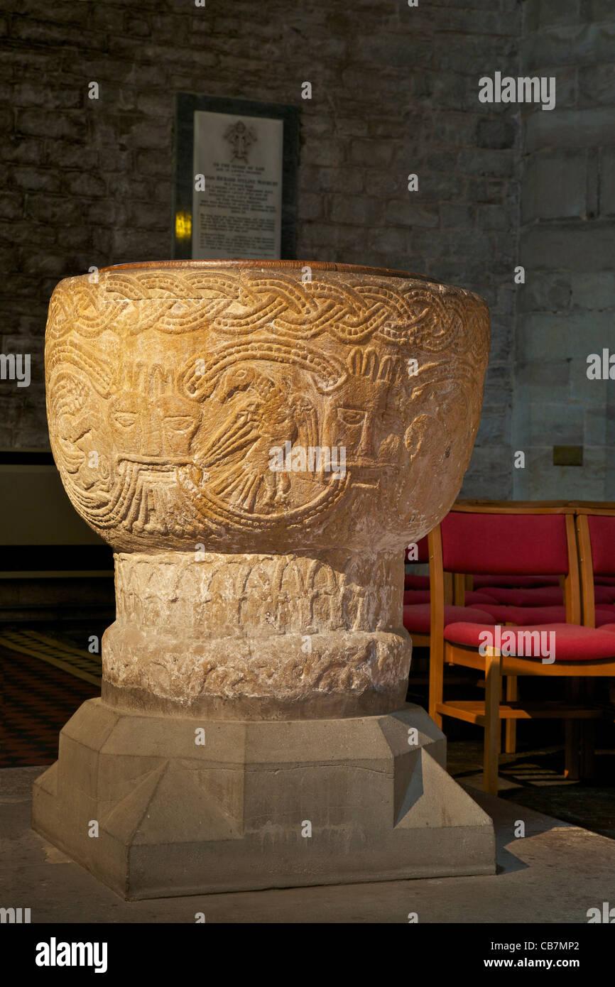 Xii secolo Norman font, interno del Brecon cattedrale, POWYS, GALLES Cymru, UK, Regno Unito, GB Gran Bretagna British Immagini Stock