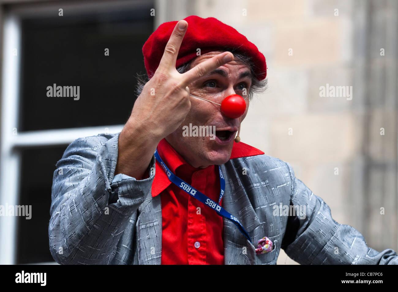 Street intrattenitore vestito come un clown e indossando un naso rosso be5c280e34d