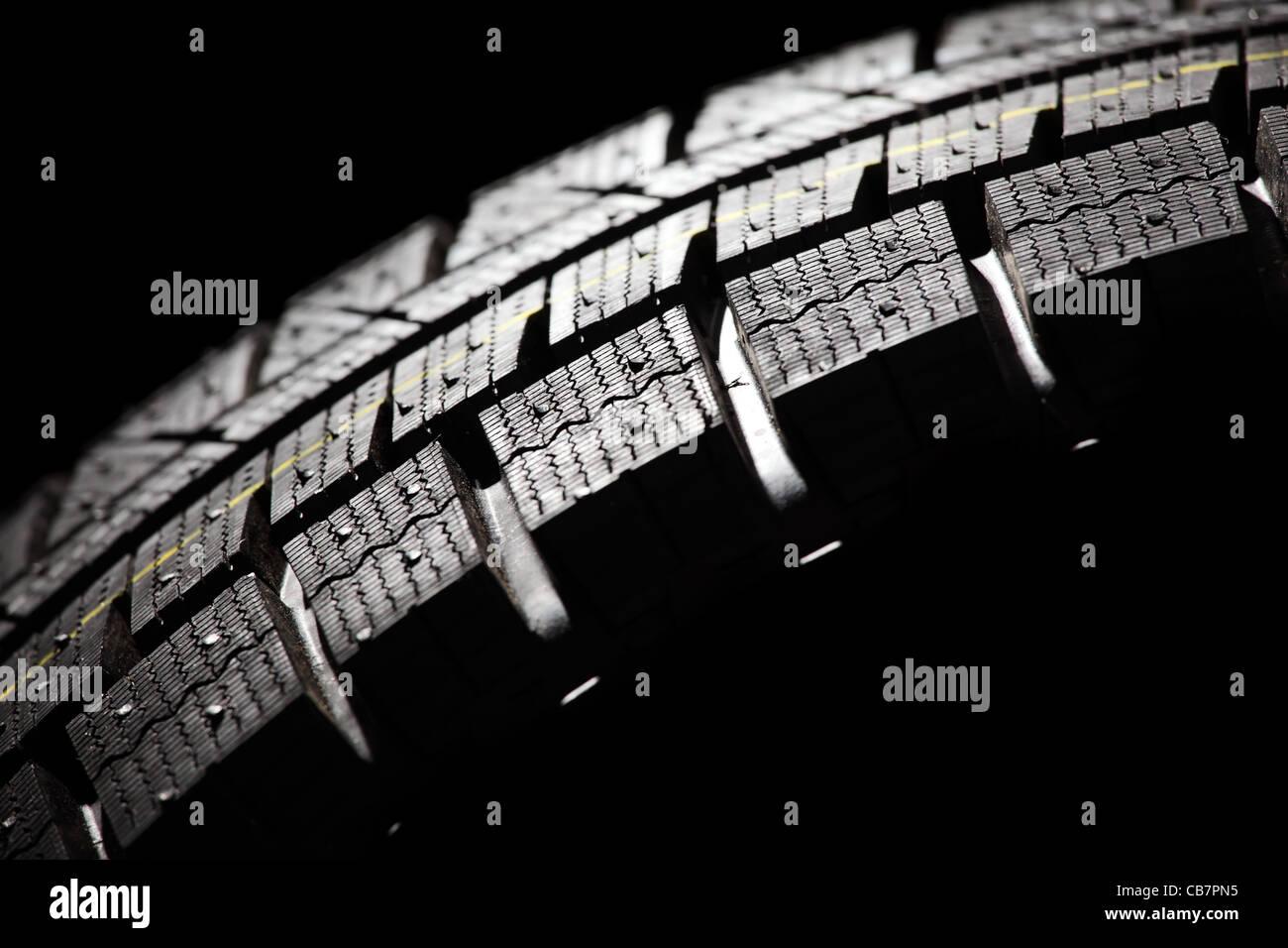 Parte del nuovo pneumatico auto close-up. Composizione orizzontale. Immagini Stock
