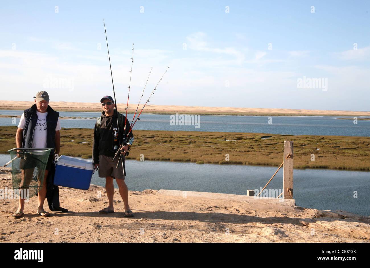Due pescatori francesi nella foto a Lac Naila nel Sahara Occidentale Immagini Stock