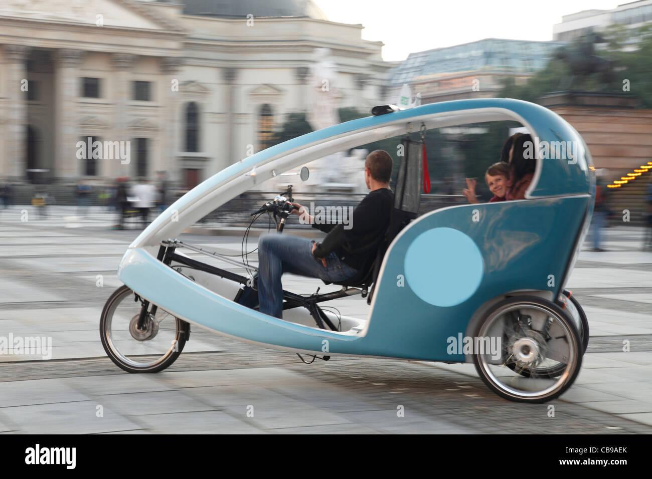 Rispettosi dell'ambiente bike taxi (ciclo bike; velo taxi) a Gendarmenmarkt a Berlino Immagini Stock