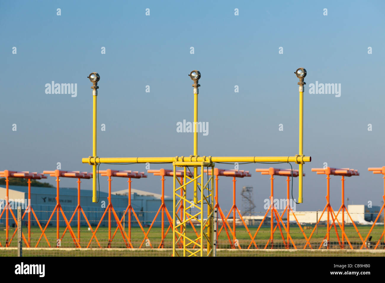 Pista di luci di avvicinamento ad un aeroporto del Regno Unito Immagini Stock