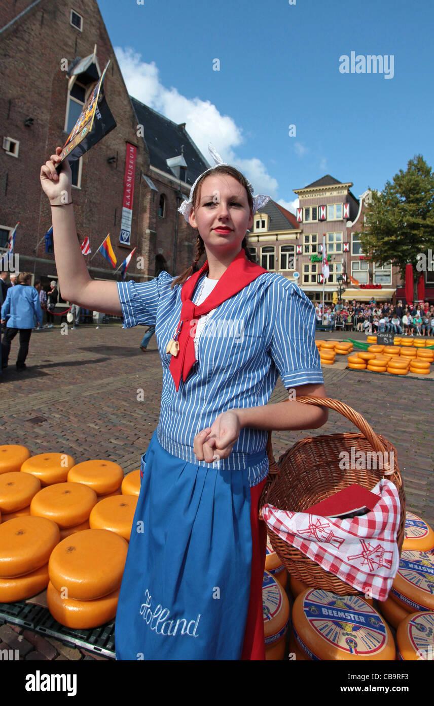 788b0333e276 Ragazza olandese in abiti tradizionali sul mercato del formaggio di Alkmaar