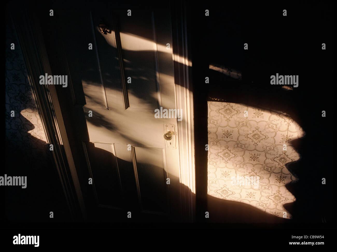 La luce del sole e ombre sulla porta interna di un Victorian bed & breakfast locanda, Edgartown, Martha's Immagini Stock
