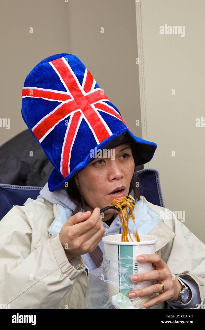 Visitatore straniero gode di tagliatelle durante il matrimonio del principe William a Kate Middleton, 29 aprile Immagini Stock