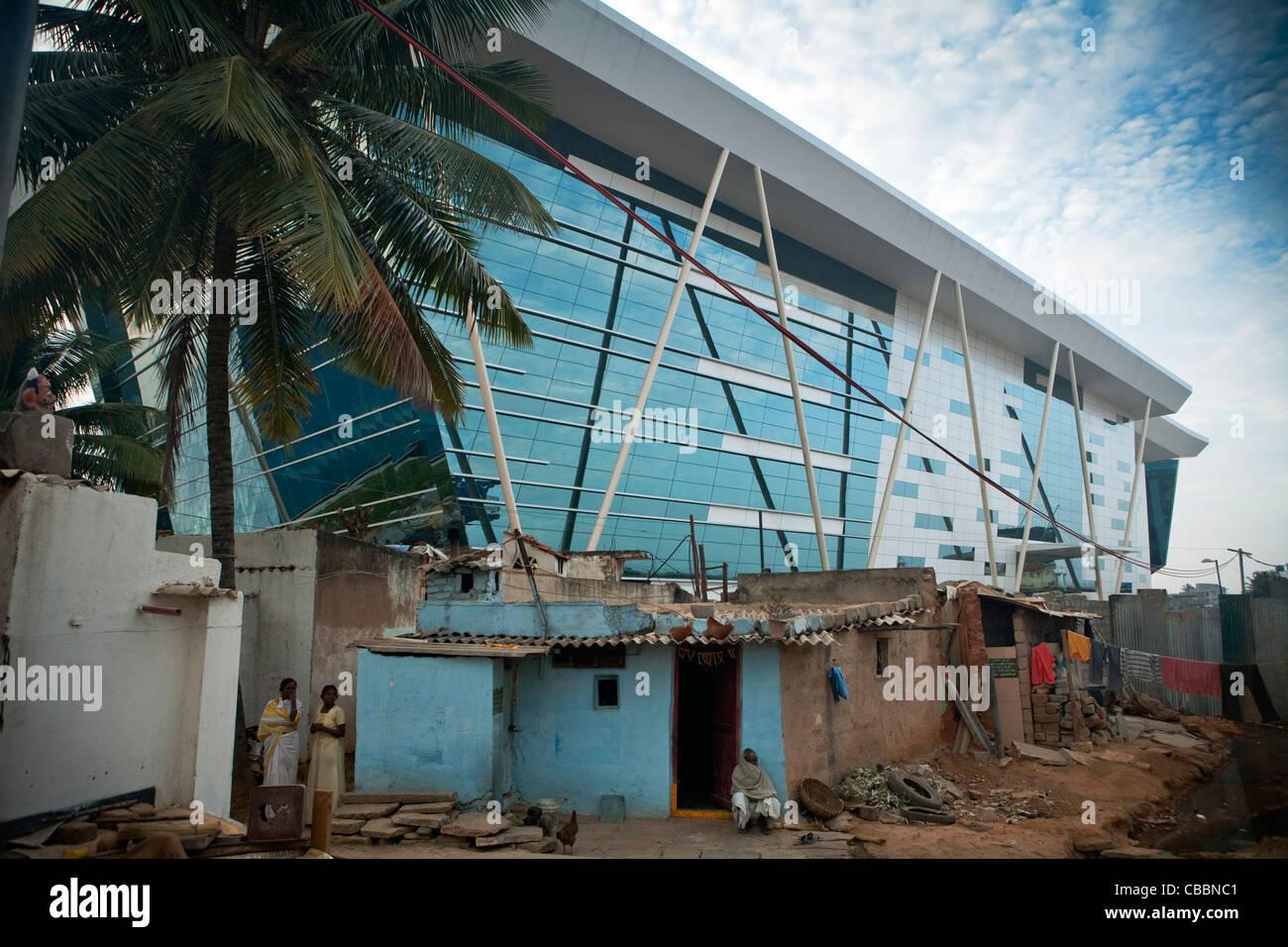 Il famoso Infosys (Sistemi Info)edificio di vetro sopra visto abitazioni temporanee, Electronics City, Bangalore, Immagini Stock