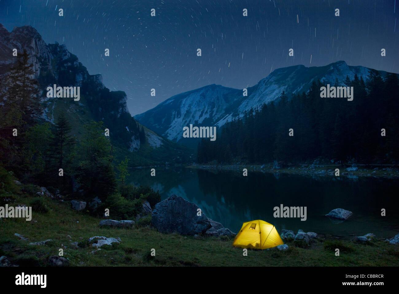 Lasso di tempo del campeggio e il cielo notturno Immagini Stock