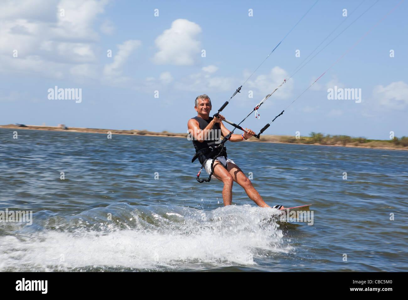 Uomo anziano wind surf sul lago Immagini Stock