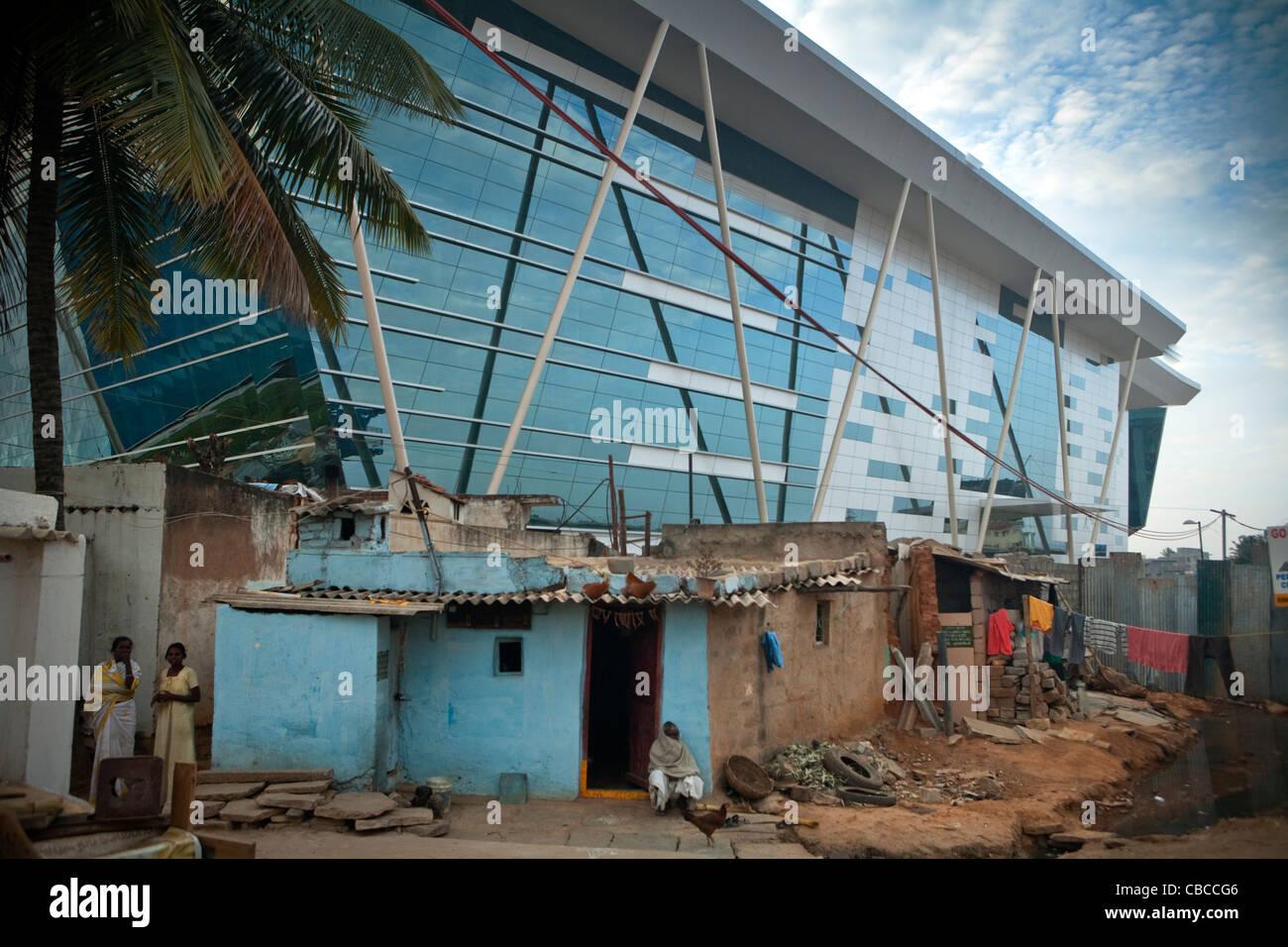Il famoso Infosys (Sistemi Info )edificio di vetro sopra visto abitazioni temporanee, Electronics City, Bangalore, Immagini Stock