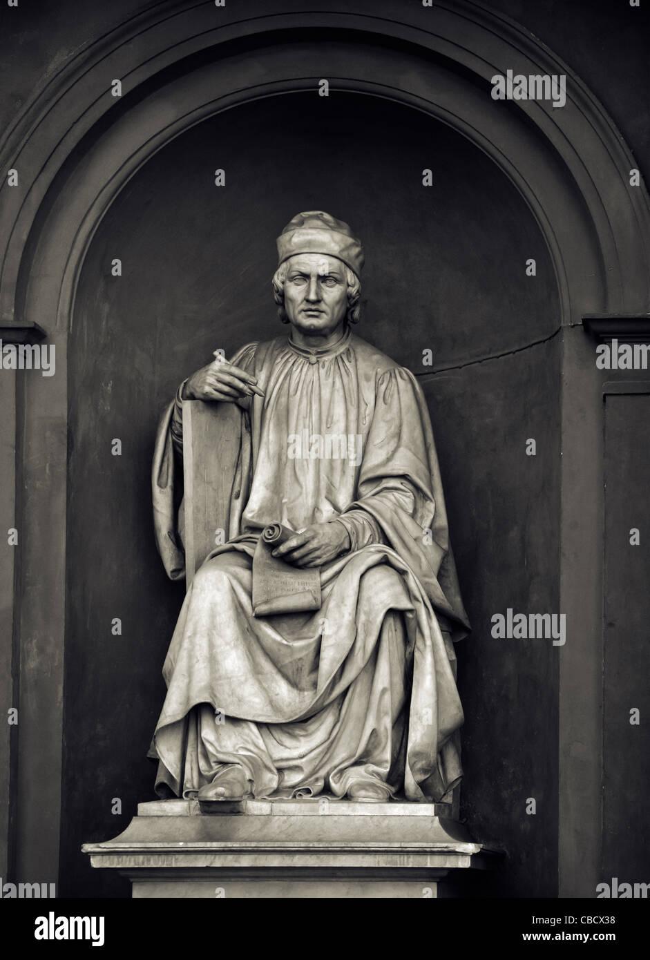 Statua di Arnolfo di Cambio di Luigi Pampaloni, al di fuori della Galleria degli Uffizi di Firenze (Italia). Foto Stock