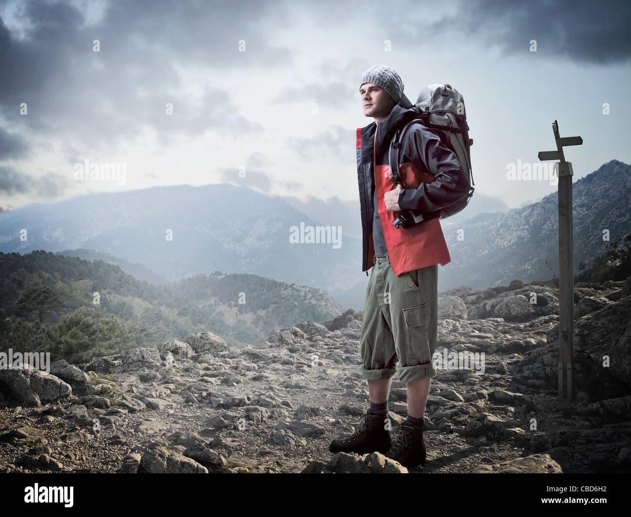 Escursionista in piedi in terreni rocciosi Immagini Stock